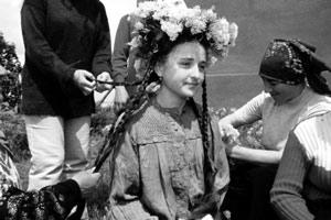 Гагаузскую девочку готовят к роли Пипируды в одноименном старинном обряде